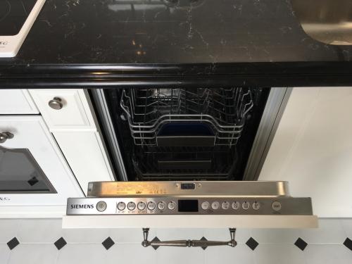 Кухня белая с черной каменной столешницей Q1035)