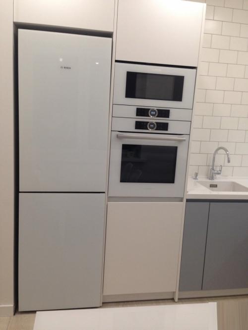 Кухня бело серая матовая с фрезой ручка на заказ Q1048)